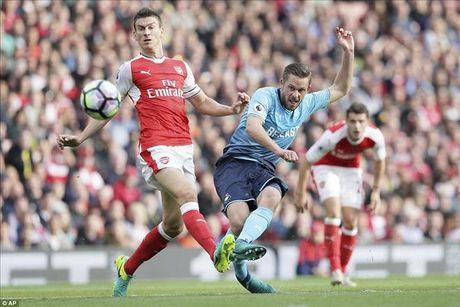 Arsenal 3-2 Swansea: Walcott va Ozil lam, Xhaka pha - Anh 4