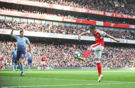 Arsenal 3-2 Swansea: Walcott va Ozil lam, Xhaka pha - Anh 5
