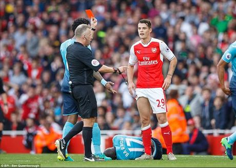 Arsenal 3-2 Swansea: Walcott va Ozil lam, Xhaka pha - Anh 7