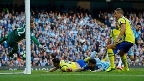 Hai lan sut hong 11 met, Man City hoa may man truoc Everton - Anh 3