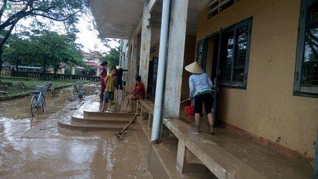 Quang Binh: Bun dat phu day den 10cm o truong hoc sau mua lu - Anh 11