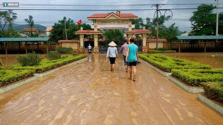Quang Binh: Bun dat phu day den 10cm o truong hoc sau mua lu - Anh 3