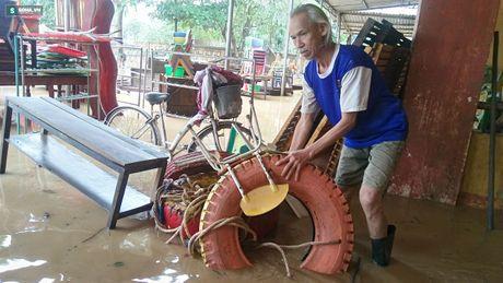 Quang Binh: Bun dat phu day den 10cm o truong hoc sau mua lu - Anh 4