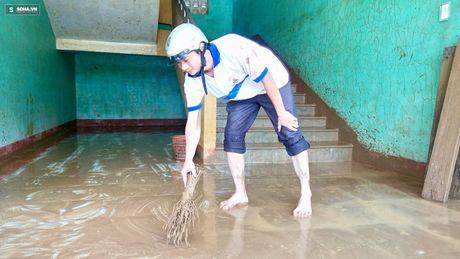 Quang Binh: Bun dat phu day den 10cm o truong hoc sau mua lu - Anh 5