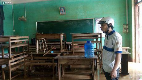 Quang Binh: Bun dat phu day den 10cm o truong hoc sau mua lu - Anh 6
