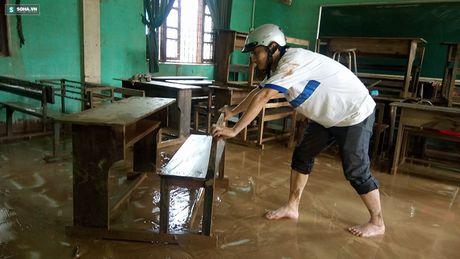 Quang Binh: Bun dat phu day den 10cm o truong hoc sau mua lu - Anh 7