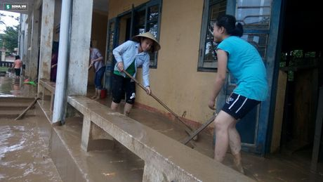 Quang Binh: Bun dat phu day den 10cm o truong hoc sau mua lu - Anh 8