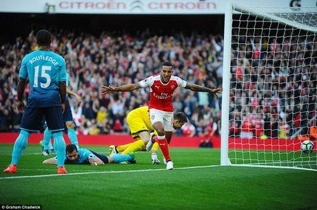 """Du am Arsenal 3-2 Swansea: Co mot """"phao thu"""" la ma quen - Anh 1"""
