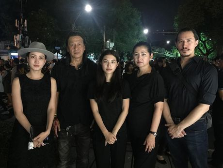 Loat than tuong Kpop, sao Thai den Dai su quan va Cung dien de vinh biet Quoc vuong Bhumibol - Anh 9