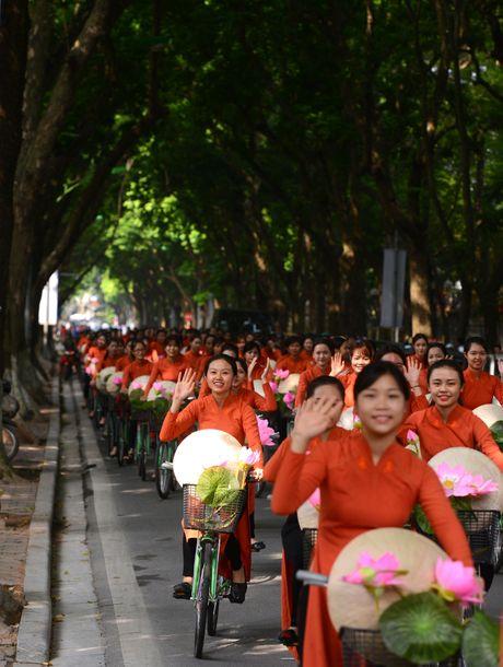 Gan 200 nghe si, nguoi dep dap xe dieu hanh Ao dai o Ha Noi - Anh 12