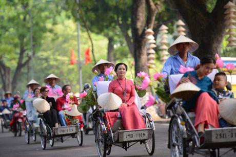 Gan 200 nghe si, nguoi dep dap xe dieu hanh Ao dai o Ha Noi - Anh 3