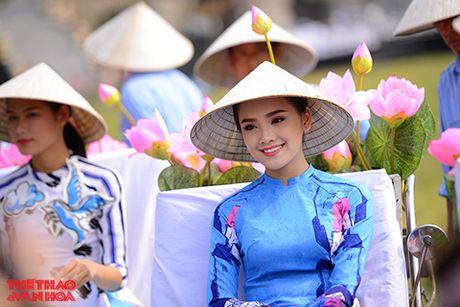 Nghe si gao coi, nguoi dep dap xe dieu hanh tren duong pho Ha Noi - Anh 9