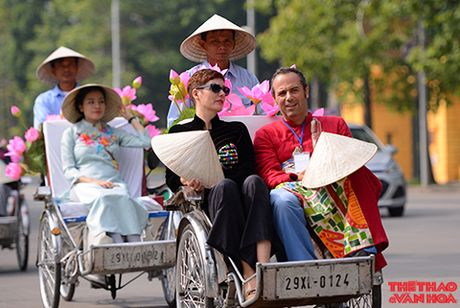 Nghe si gao coi, nguoi dep dap xe dieu hanh tren duong pho Ha Noi - Anh 2