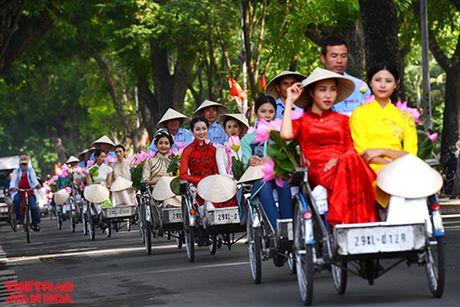Nghe si gao coi, nguoi dep dap xe dieu hanh tren duong pho Ha Noi - Anh 3