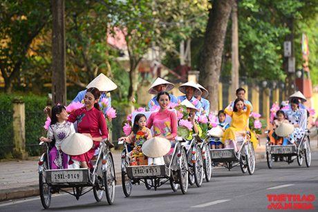 Nghe si gao coi, nguoi dep dap xe dieu hanh tren duong pho Ha Noi - Anh 4