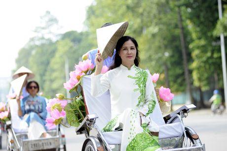 Thieu nu duyen dang dieu hanh ao dai tren duong pho Ha Noi - Anh 10