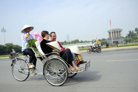 Thieu nu duyen dang dieu hanh ao dai tren duong pho Ha Noi - Anh 12