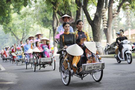Thieu nu duyen dang dieu hanh ao dai tren duong pho Ha Noi - Anh 13