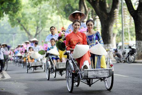 Thieu nu duyen dang dieu hanh ao dai tren duong pho Ha Noi - Anh 15