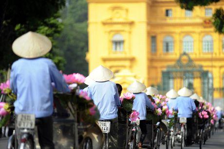 Thieu nu duyen dang dieu hanh ao dai tren duong pho Ha Noi - Anh 5