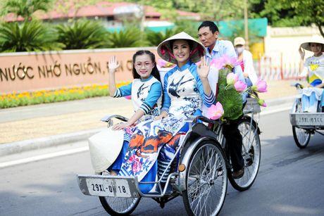Thieu nu duyen dang dieu hanh ao dai tren duong pho Ha Noi - Anh 6
