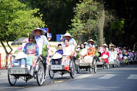 Thieu nu duyen dang dieu hanh ao dai tren duong pho Ha Noi - Anh 7