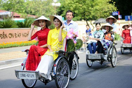 Thieu nu duyen dang dieu hanh ao dai tren duong pho Ha Noi - Anh 9