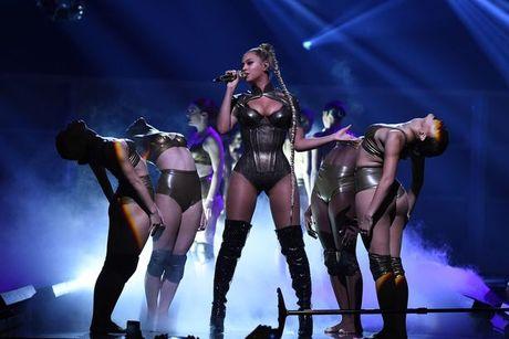 Beyonce bieu dien voi mot ben tai chay mau - Anh 1