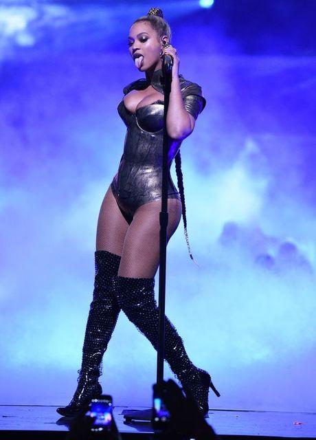 Beyonce bieu dien voi mot ben tai chay mau - Anh 2