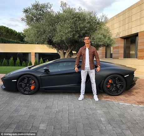 Ronaldo chup anh khoe xe xin - Anh 1