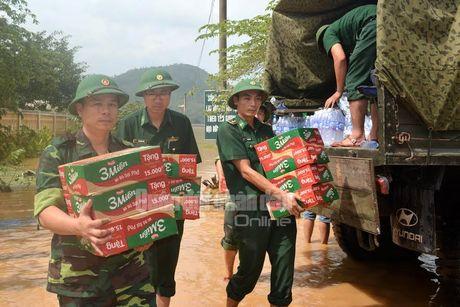Theo chan bo doi Viet Nam cuu dan vung lu lut - Anh 6
