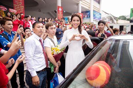 Pham Huong dien ao dai trang ve truong tang 100 suat hoc bong cho sinh vien - Anh 7