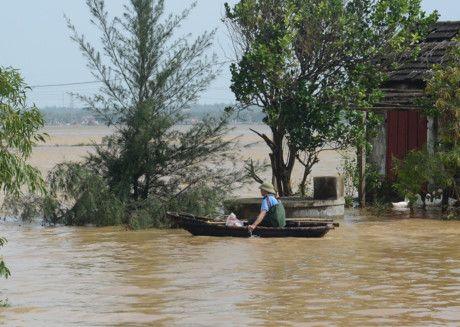 Xót thương cư dân miền Trung oằn mình trong lũ lụt