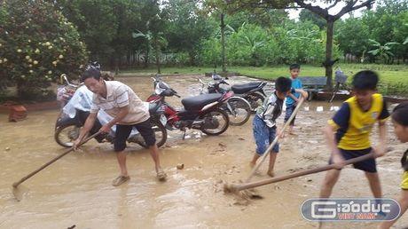 Nhieu giao vien Huong Khe van bam truong, khac phuc su tan pha cua lu - Anh 2