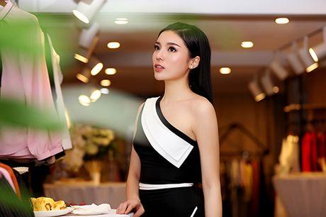 Hoa hau Ky Duyen vai tran goi cam bat ngo xuat hien tai Ha Noi - Anh 4