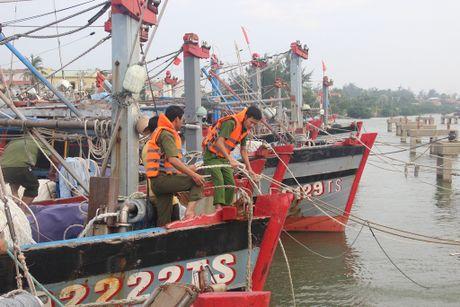 Cong an Thua Thien - Hue cung nhan dan chu dong chong bao Sarika - Anh 6