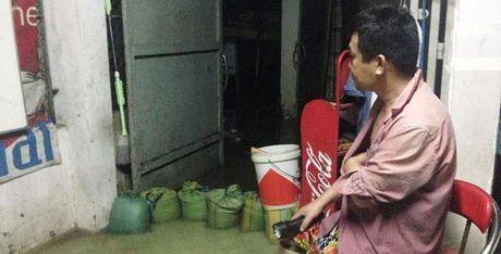 Mua ngap kinh hoang, nguoi dan Sai Gon khong dam dong cua ca dem - Anh 1