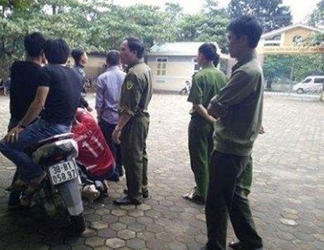 Ha Tinh: Di xe may xong vao truong nem vo kinh, doa ban chet bao ve - Anh 1