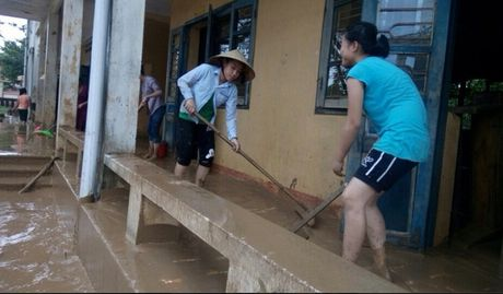 Quang Binh: Hoc sinh chua the den truong do anh huong cua mua lu - Anh 1