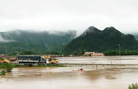 Quang Binh: 19 nguoi chet, duong van con tac tai nhieu vi tri - Anh 1