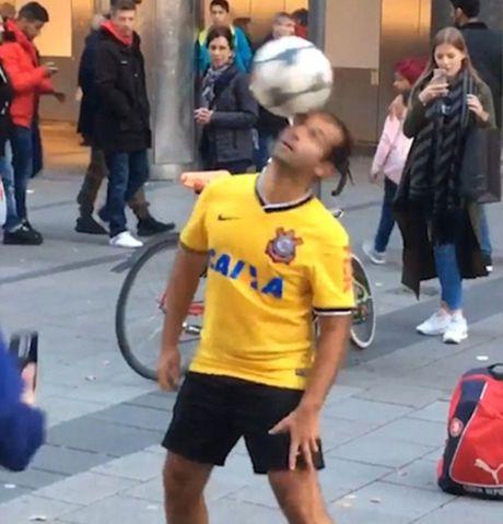 Tro ly HLV cua Bayern Munich 'lac mat' truoc nghe si tang bong duong pho - Anh 1