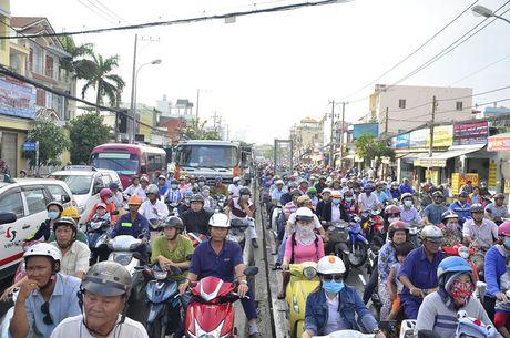 Nguoi dan TP HCM chon chan tren pho do trieu cuong - Anh 9