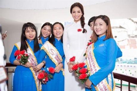 Pham Huong mac ao dai trang thua xa Ngoc Trinh - Anh 1