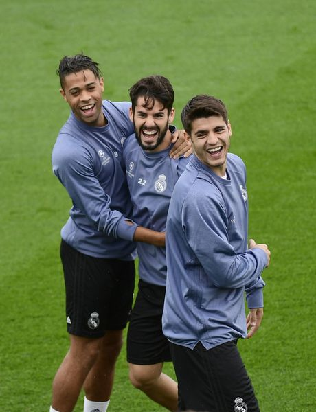 Ronaldo cuoi tuoi tren san tap, san sang chien Champions League - Anh 10