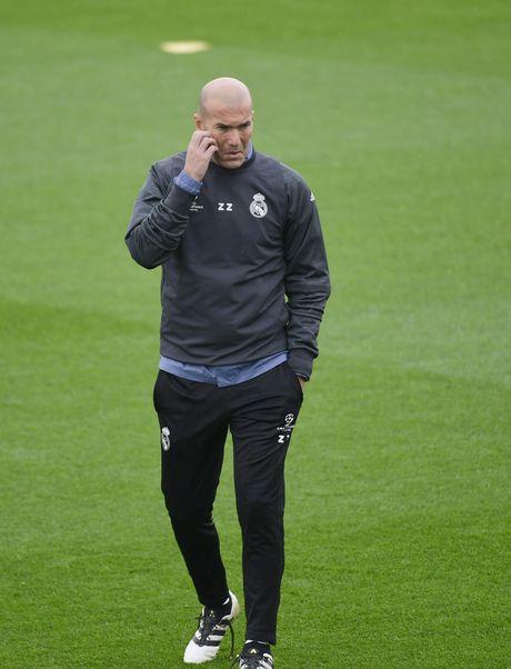 Ronaldo cuoi tuoi tren san tap, san sang chien Champions League - Anh 2