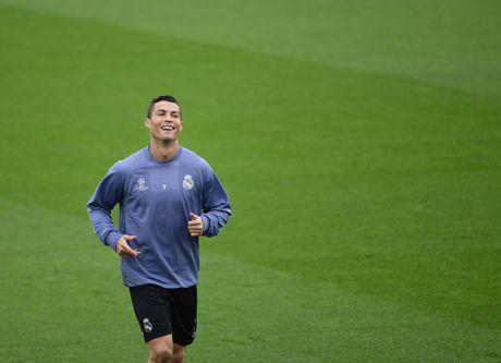 Ronaldo cuoi tuoi tren san tap, san sang chien Champions League - Anh 4