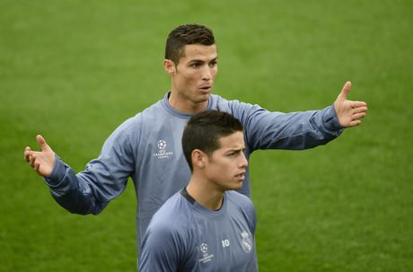 Ronaldo cuoi tuoi tren san tap, san sang chien Champions League - Anh 5