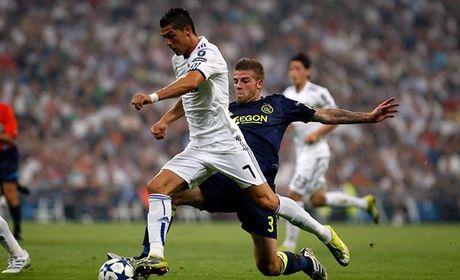 Ronaldo re dat bong ngay cang do te - Anh 1