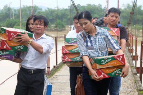 Hoa hau Ngoc Han vuot lu ve voi ba con mien Trung - Anh 1