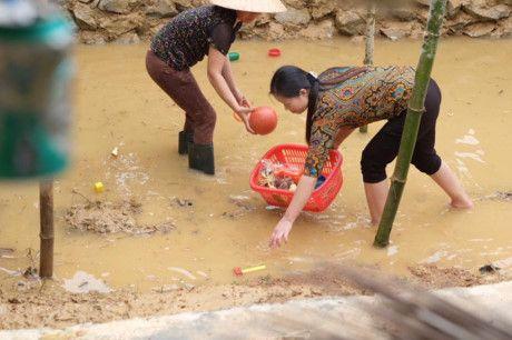 Hoa hau Ngoc Han vuot lu ve voi ba con mien Trung - Anh 5